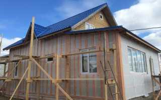 Небольшой дом с эркером, облицованный плиткой сколотый кирпич