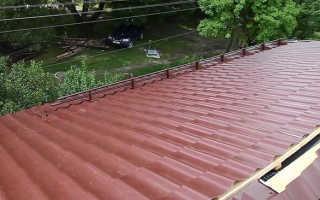 Какой угол крыши для металлочерепицы можно считать оптимальным, правила монтажа