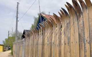 Делаем забор на даче из подручных материалов