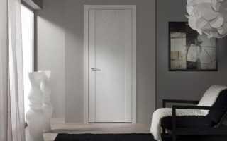 Светлые двери в интерьере квартиры: фото подборка